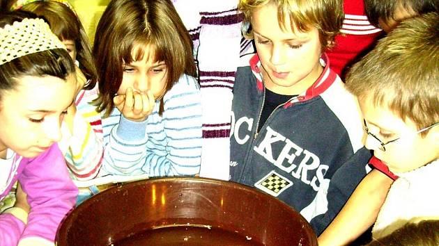 Děti si vyzkoušely tradiční vánoční zvyklosti.