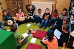 Žáci v Základní škole v Bílém Podolí probouzeli v březnu strom Knihomol přečtenými knížkami.