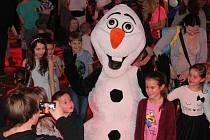 Disco party se sněhulákem Olafem v sále hotelu Grand v Čáslavi.