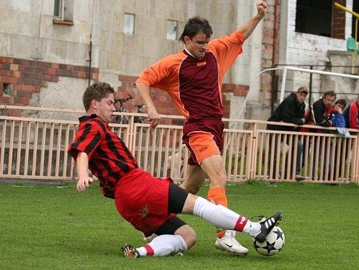 Kutnohorská Sparta neinkasovala i díky spolehlivému výkonu levého obránce Vnislava Vodičky (vlevo), který v jednom ze soubojů čistě odstavil od míče polepského hráče Davida Mojžíše.