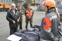 O 152. záchranný prapor v Kutné Hoře je v souvislosti s připravovanou reformou Armády ČR velký zájem a politici se ve vojenském areálu střídají jako na běžícím pásu. Velitel Michal Tivodar (druhý zleva) nedávno doprovázel poslance Milana Urbana.
