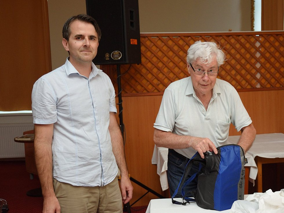 Křeslo pro hosta ve Zruči nad Sázavou: astronom a astrofyzik Jiří Grygar. Na snímku s moderátorem Josefem Försterem.
