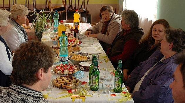 Přátelské posezení o účasti pětadvaceti obyvatel Dubiny se konalo 8. března 2008 v místním kulturním objektu.