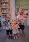 Děti si v kutnohorské knihovně vyrobily pirátské lodičky.