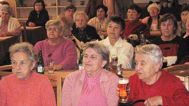 Účastnice přednášky v rámci Akademie třetího věku, vzdělávacího cyklu pro seniory.