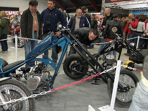 Oba stroje Michala Cetkovského z Kutné Hory vzbudily zájem mnoha návštěvníků pražské motorkářské výstavy Bohemia Custom.