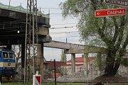 Demolice malínského mostu pokračuje