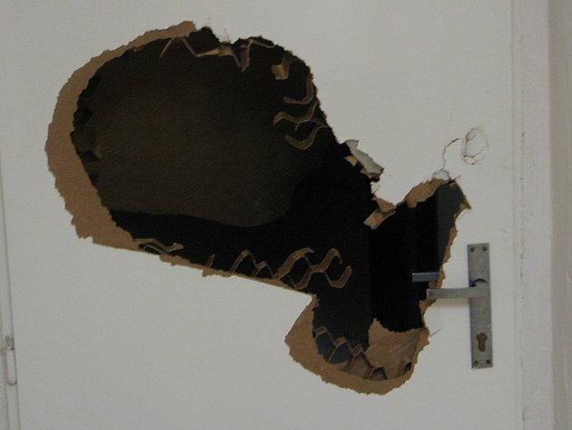 Poničené dveře v mateřské škole.