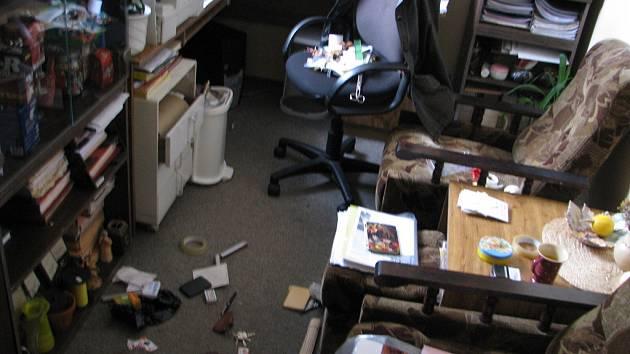 Spoušť v kanceláři vedoucí učitelky mateřské školy.