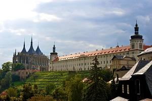 Panorama Kutné Hory s chrámem sv. Barbory a bývalou jezuitskou kolejí.