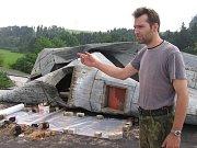 Následky větrné smrště na židovském hřbitově ve Zbraslavicích.