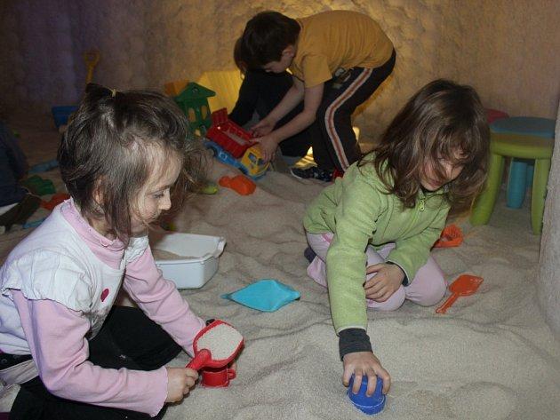 Děti při návštěvě solné jeskyně.