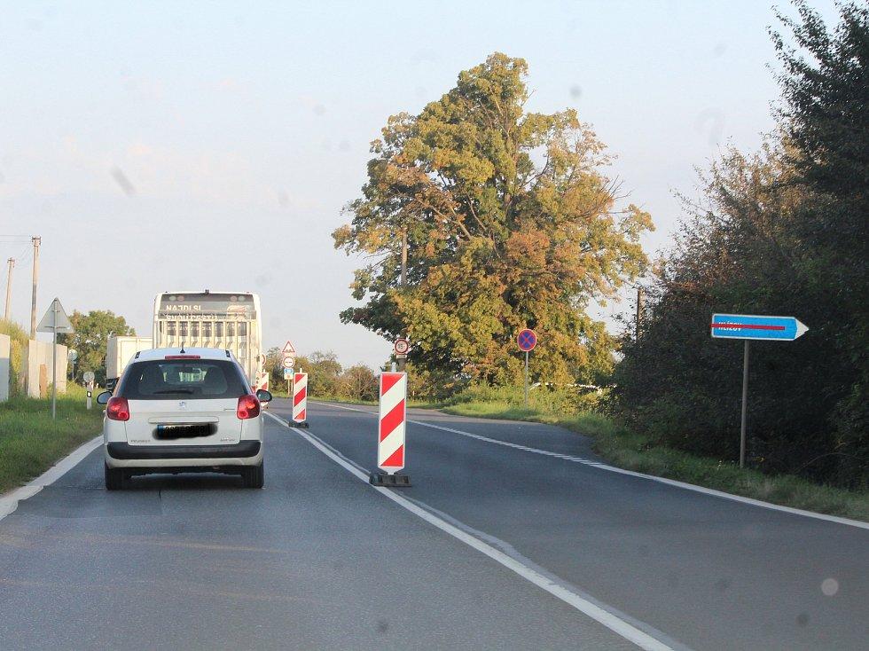 Kolony na silnici I/38 u Hlízova kvůli její rekonstrukci.
