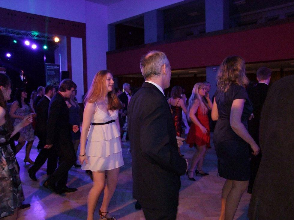 Na parketu se předvedli zkušení tanečníci.