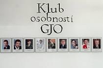 Portréty členů Klubu osobností GJO si mohou prohlédnout studenti, zaměstnanci i návštěvníci školy ve vestibulu.