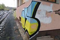 Posprejovaný drážní domek v areálu městského vlakového nádraží v Kutné Hoře.