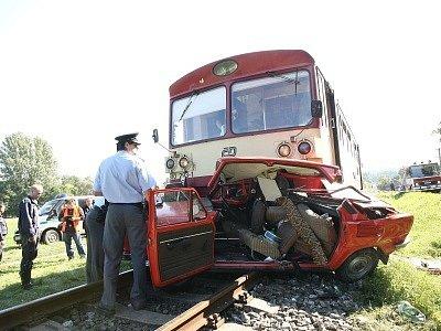 Srážku s vlakem nepřežil ve Žlebech sedmasedmdesátiletý šofér.