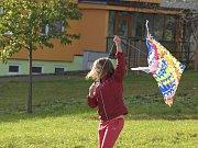 Drakiádu si děti užívaly i přes nepřízeň počasí.