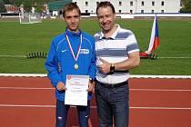 Juniorský mistr ČR 2015 v běhu na 10 km Dominik Kubec (vlevo) se svým otcem.