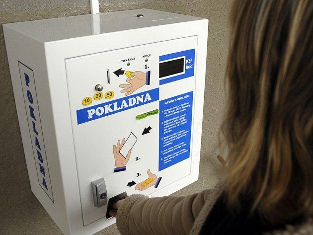 V současné době dochází v některých zdravotnických zařízeních k instalaci platebních automatů. Na snímku je nainstalovaný automat v Thomayerově nemocnici v Praze Krči.