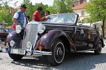 """Sraz automobilů značky Mercedes """"všech generací"""" se uskutečnil na náměstí v Čáslavi, kam se vozy přesunuly z ranního zahájení v Kolíně."""