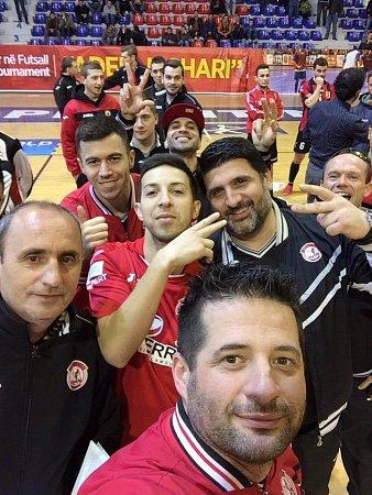 Selfie třetího týmu turnaje Adema Jashari vKosovu.