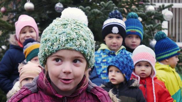 Z rozsvícení vánočního stromu online v Hlízově.