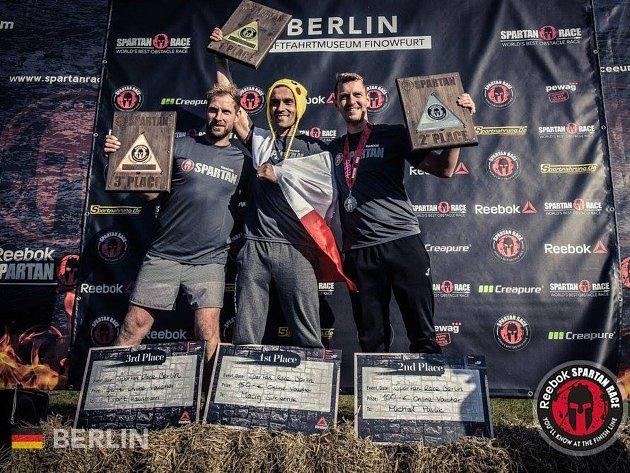 Kutnohorský závodník Michal Pavlík (zcela vpravo) na 2. místě Spartan Race Sprint v Berlíně.