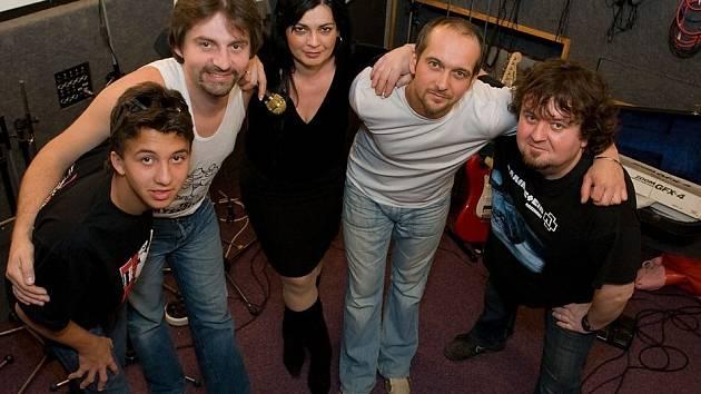 Kapela Nerushit. Zleva: Pavel Gryč, Peter Ďatko, Hanka Jelínková, Tomáš Gryč a Tomáš Pik.