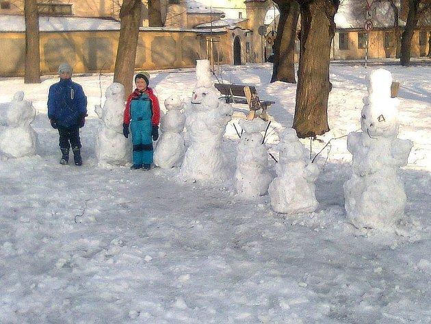 Stavění sněhuláků u Lorce