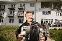 Z koncertu 'Pod okny' v Domově seniorů v Uhlířských Janovicích: akordeonista Josef 'Pepino' Matura.
