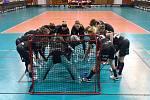 Liberecké florbalistky se hecují před zápasem.