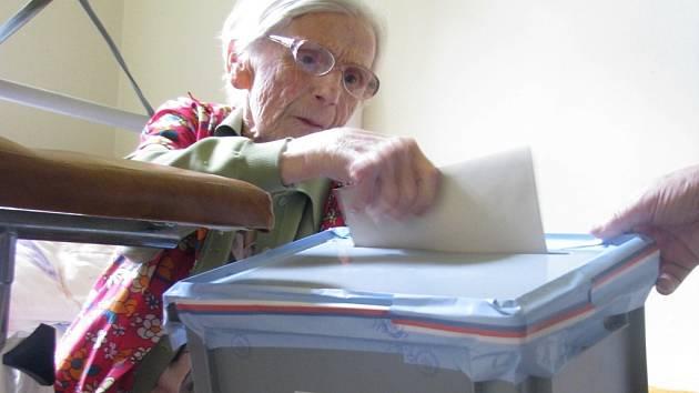 Za nepohyblivými lidmi v Novém Domě - Domě Marta ve Vratislavicích nad Nisou přicházela mobilní volební komise. Na snímku devadesátišestiletá Františka Straková.