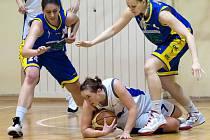 Liberecká basketbalistka na zemi