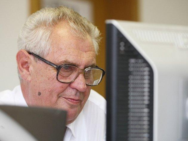 Miloš Zeman odpovídá on-line v redakci Libereckého deníku