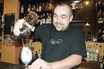 V AKCI. Barman Achim Šipl otevřel před několika lety jeden z prvních koktejlových barů v Liberci.