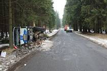 Nákladní automobil se převrátil, kubíky betonu se rozlily do lesa.
