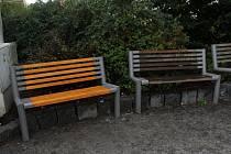 Jediná zatím opravená lavička z třiašedesáti, které se nacházejí na Soukenném náměstí v Liberci. Zbylé město opravovat nebude, naopak je vymění.