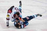 Druhý zápas předkola Generali play off Tipsport extraligy ledního hokeje se odehrál 7. března v liberecké Home Credit areně. Utkaly se celky Bílí Tygři Liberec a HC Sparta Praha. Na snímku je potyčka, vlevo Dominik Uher, vpravo Patrik Maier.