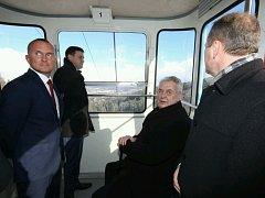 Prezident Miloš Zeman v lanovce na Ještěd.