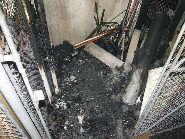 Oheň poškodil sklepní prostory panelového domu.