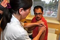 O výhodnosti očkování proti chřipce přesvědčovali hygienici, epidemiologové i lékaři na tiskové konferenci v Liberci. Očkovat se nechal i redaktor Libor Tampier.