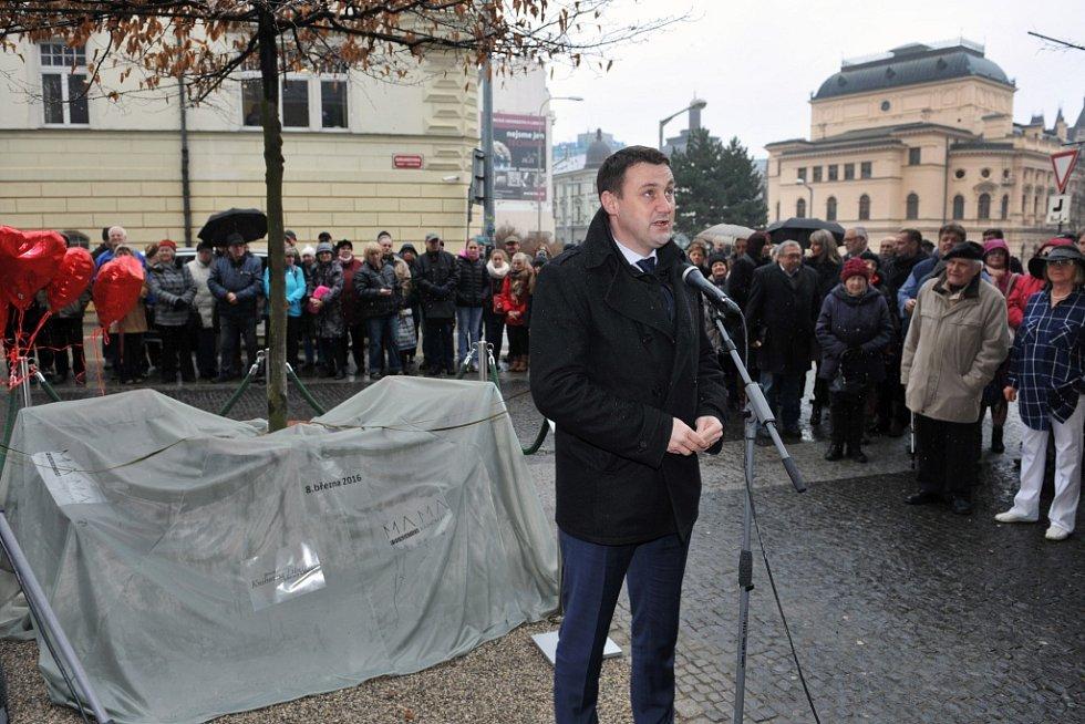 Odhalení Lavičky Václava Havla před libereckou knihovou.