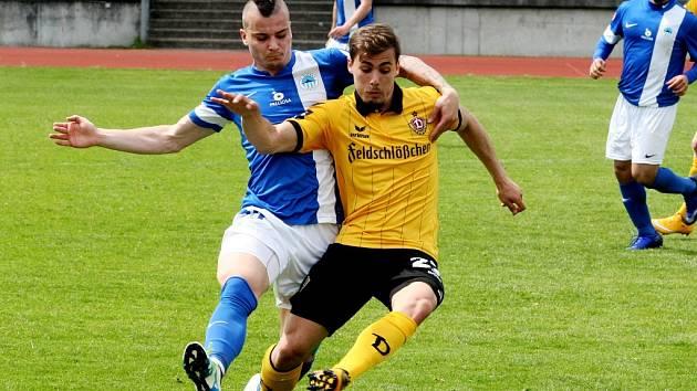 MICHAL OBROČNÍK SI ZAHRÁL HODINU. Liberecký záložník atakuje Tekerciho, autora jednoho z gólů.