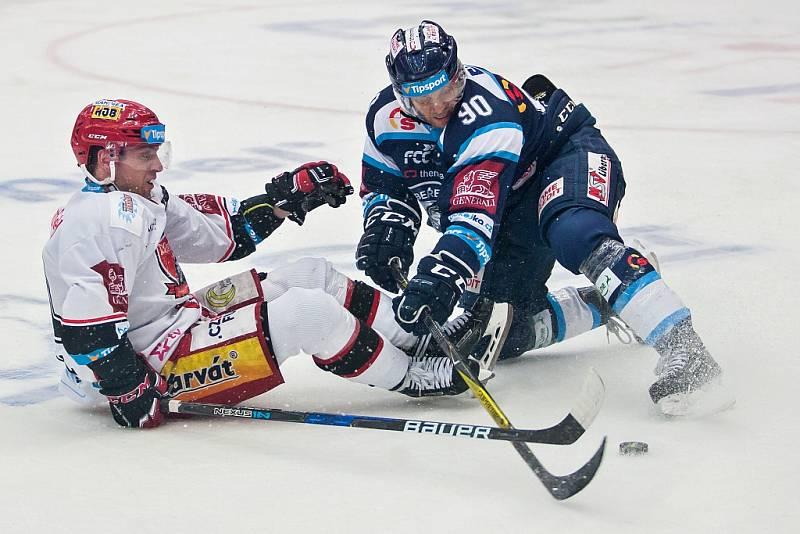 Šesté utkání čtvrtfinále Liberece (v tmavém) proti Hradci Králové. Vpravo domácí Tyler Redenbach