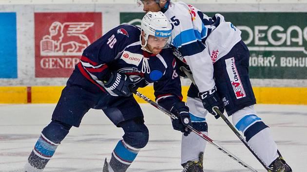 Přátelské utkání Bílých Tygrů Liberec (ve světlém) proti Pirátům Chomutov. Na snímku je Jakub Sklenář (vlevo) a Martin Ševc.