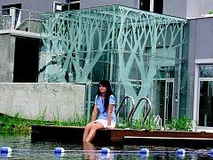 Vstup do bazénu před wellnes centrem je zajištěn z dřevěného mola. A když budete mít štěstí, třeba tu potkáte i recepční Ninu Deškovou.