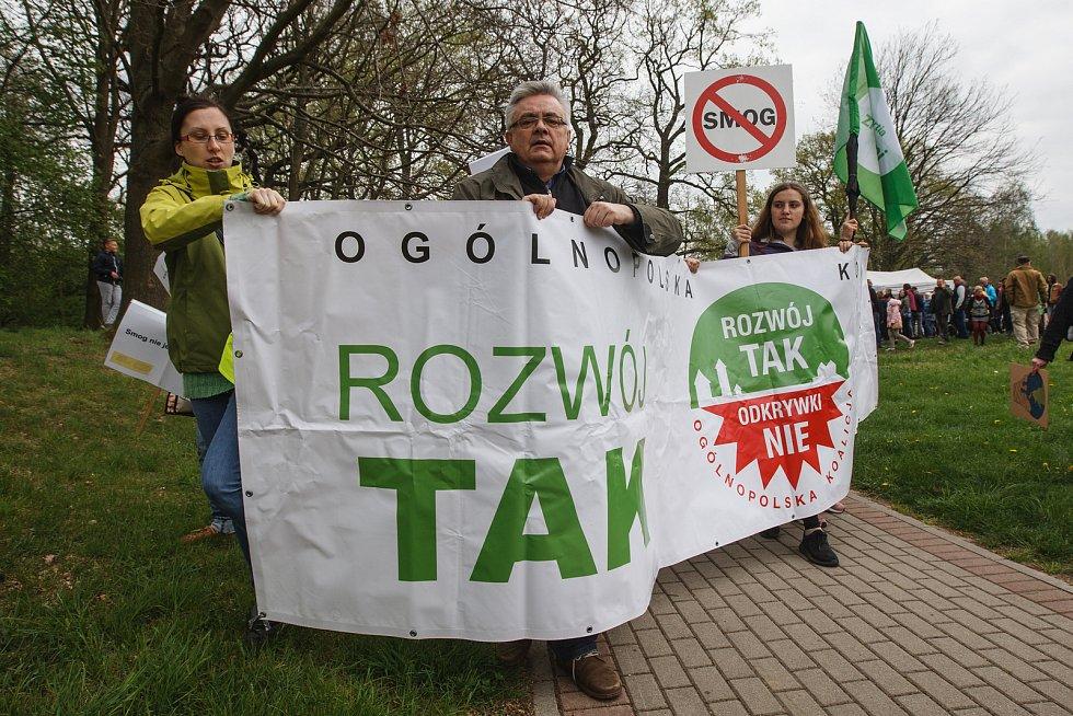 Živý řetěz proti rozšiřování dolu Turów na česko-polsko-německém Trojzemí.