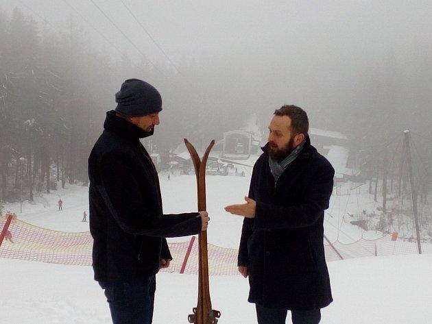 Předáním historických lyží primátor Liberce i zástupce nového provozovatele symbolicky stvrdili převzetí skiareálu.