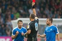 Ondřej Kúdela dostává červenou kartu od rozhodčího Miroslava Zelinky.